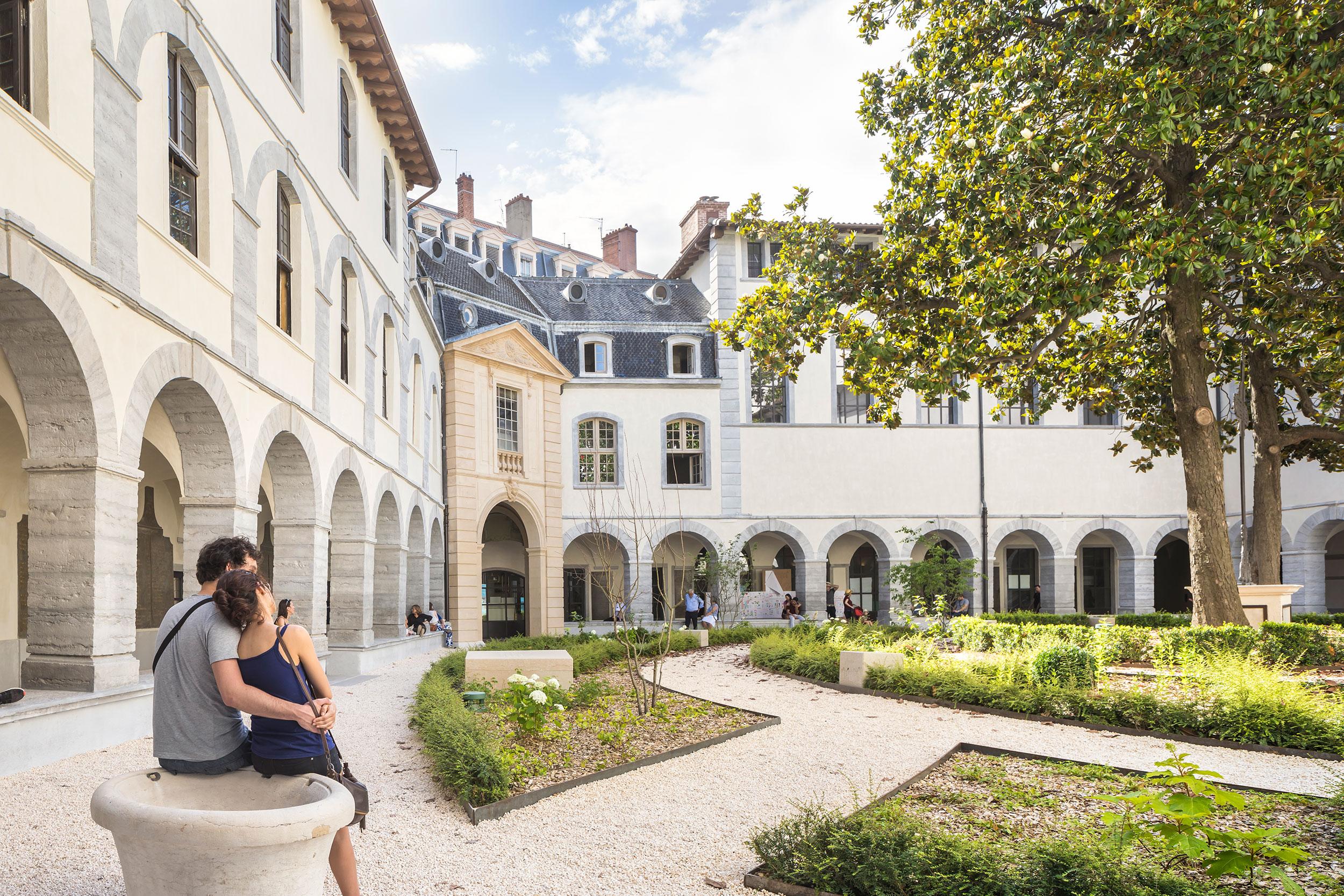 Aménagements extérieurs du grand Hôtel-Dieu à Lyon.  Crédits photographe: Sergio Grazia- Grand Hôtel-Dieu de Lyon